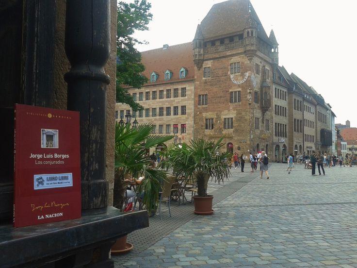 """En el atardecer dell viernes 07 de julio de 2017 akahige-nide liberó en Lorenzer Platz, Nuremberg, Alemania, """"Los conjurados"""" de Jorge Luis Borges."""