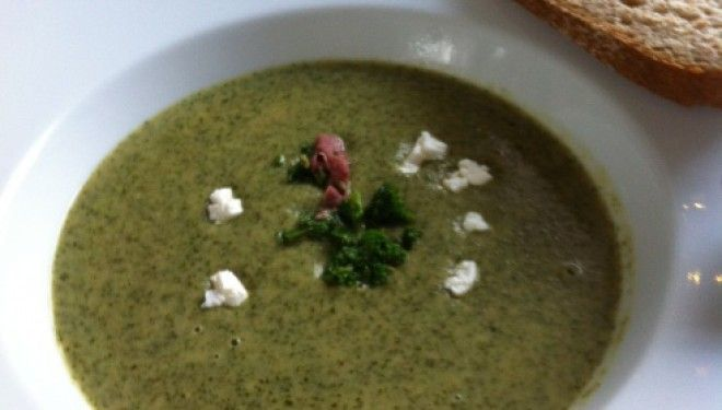 Superfood boerenkoolsoep Wie ooit soep bedacht heeft was een genie! Briljant gewoon, stop watingrediënten bij elkaar in een grote pan, water erbij en koken maar. Grote pan op tafel, iedereen