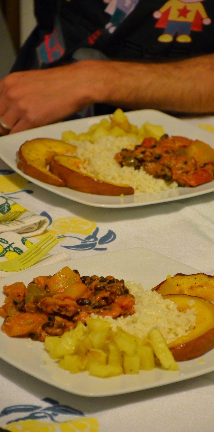 Peperoni con fagioli piccanti, riso, patate e zucca al forno