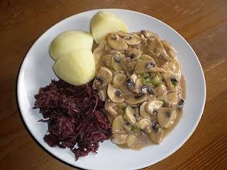Putenschnitzel mit Champignonrahmsauce, Kartoffeln und Rotkohl