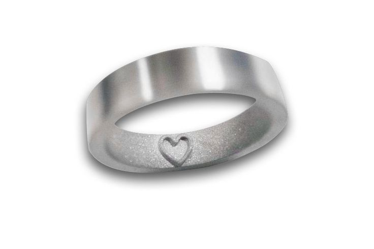 18KT WHITE GOLD RING WITH A REVERSE ENGRAVING (INTAGLIO).