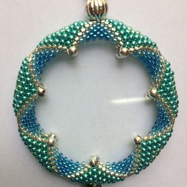 Magnifying Glass or pendant Wrapping | JewelryLessons.com - wrapping a magnifying glass by changing bead size