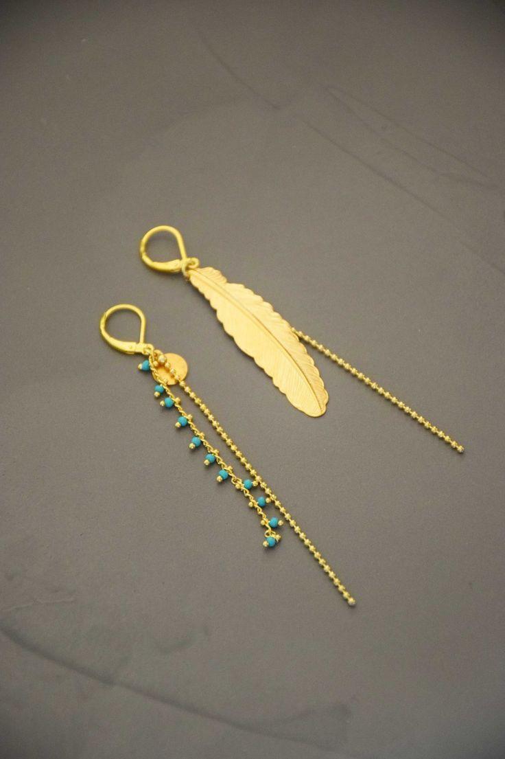 Boucles d'oreilles plume dorée et fine chaînette, mini perles turquoises : Boucles d'oreille par les-delires-de-lolotte