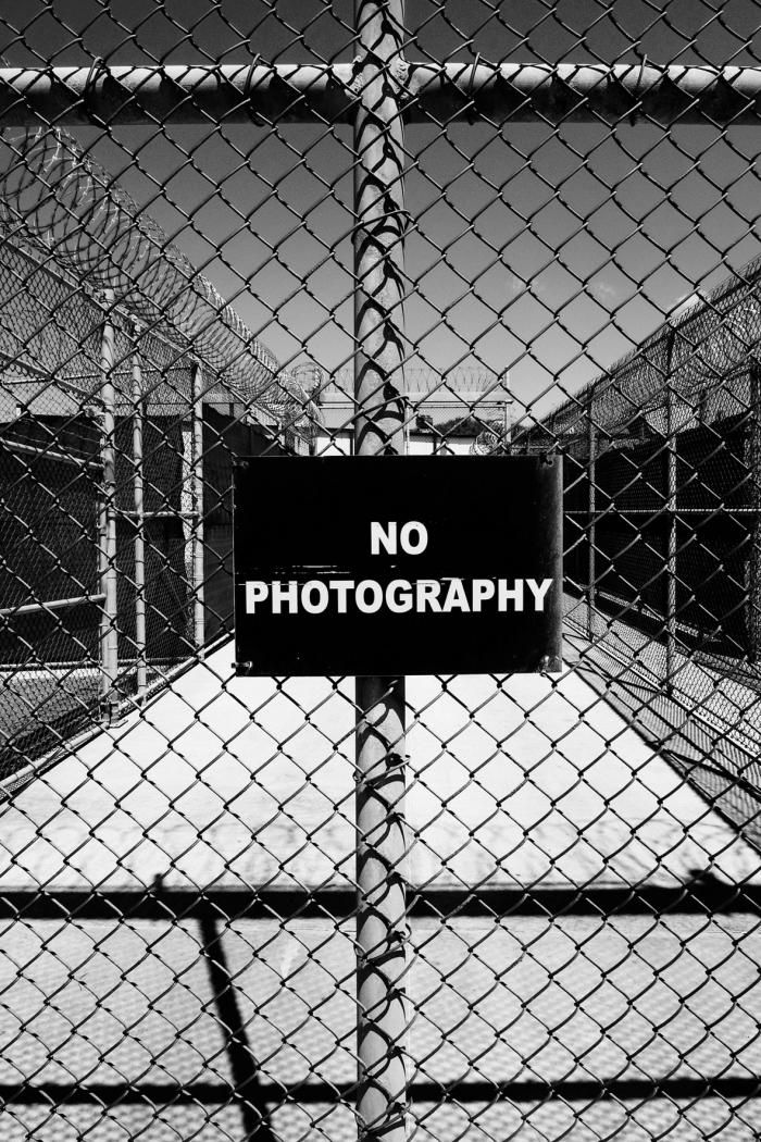 """No Photography'' sign, Gantanamo, 2006, Photographies de Paolo Pellegrin"