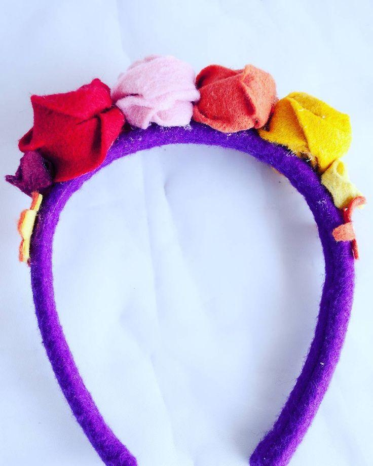 Nuevo modelo de diadema o banda para el cabello de flores al estilo de Frida. Se ven increíbles y resultan muchísimo puestas. Encarga ya la tuya hecha DECORAzon #decorazon #soydecorazon #detodocorazon #diademas #diademaflores #fridakahlo #mexicano #fieltro #hechoamano #handmade #Colima