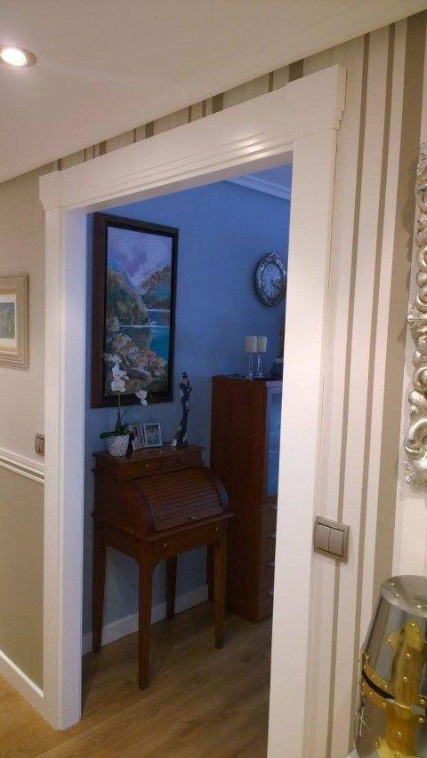 Instalación de puertas lacadas modelo 9300Z y con vidriera V3 de Sanrafael, frente de armario de 2 hojas Raumplus y suelo laminado Pergo Living Expresion.