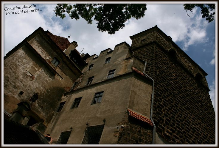 Castle Bran, famous and well know for it's affiliation with the Dracula stories... http://prinochideturist.wordpress.com/2013/08/25/castelul-bran-bran-castle/
