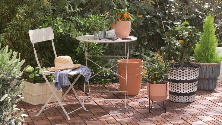 ¿Te gustaría que tu terraza quedara tan bonita como esta? Bastan unas pocas horas y unas cuantas plantas para lograrlo. ¡Y disfrútalo todo el verano! Small Outdoor Patios, Outdoor Rooms, Outdoor Furniture Sets, Outdoor Decor, Small Balcony Decor, Garden Seating, Balcony Garden, Backyard Patio, Garden Inspiration