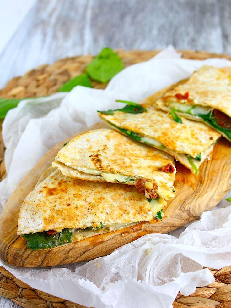 Een makkelijk maar zeer smakelijk lunch of bijgerecht zijn deze quesadillas met geitenkaas, spinazie en zongedroogde tomaatjes. Feest voor kaasliefhebbers!