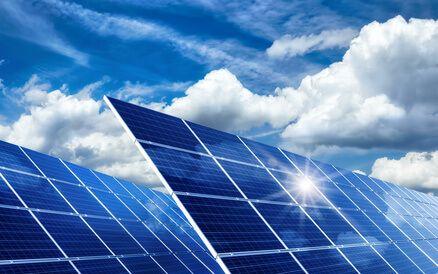 Mit Ihrer Photovoltaikanlage tragen Sie dazu bei, dass weniger CO2 produziert und die Umwelt geschont wird. Sie können den gewonnenen Strom selber nutzen oder ins öffentliche Stromnetz einspeisen, und verdienen somit sogar bares Geld. Der Staat fördert dieses umweltfreundliche Engagement mit dem Erneuerbare-Energien-Gesetz (EEG). Zwar ist diese Förderung auf viele Jahre hinaus garantiert, doch zuverlässig kalkulieren können Sie damit nur, wenn Ihre Anlage einwandfrei läuft.