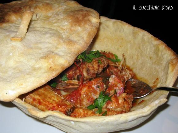 INGREDIENTI PER 2 PERSONE:  per il coccio di pane:300 gr di farina,mezzo cubetto di lievito,sale acqua  per la zuppa:4