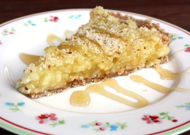 """Recept s fotopostupom na fantastický nepečený jablkový koláč. Prvýkrát som """"piekla"""" s datľami a bez cukru. Výsledok síce nespĺňa podmienky stravovania RAW, ani Paleo diety, ale delenej áno. ;) Pre m"""