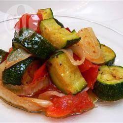 Фото рецепта: Кабачки и помидоры с запеченным чесноком