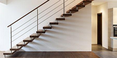 Trappen De trap in een woning is een belangrijk onderdeel, deze verbindt de begaande grond met de bovenverdieping. Vaak neemt de trap een prominente plaats in het huis in. Een nette en goed onderhouden trap geeft uw woning gelijk een mooie uitstraling. Wilt u uw trap een