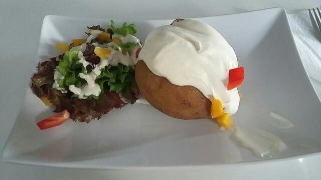 Backkartoffel mit sauerrahm und Salat :) #foodlove -> ABBQDINER Berlin