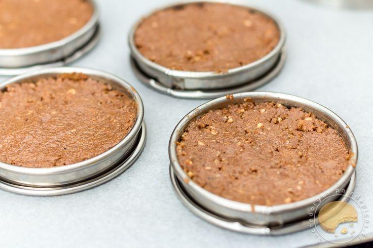Dôme de mousse au chocolat légère nappé d'un glaçage miroir et déposé sur un palet croustillant au praliné, crumble, crêpes dentelles et chocolat au lait.