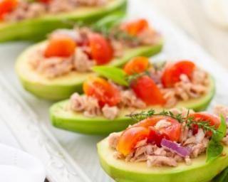 Avocats farcis thon, tomate, citron et Tabasco© : Savoureuse et équilibrée | Fourchette & Bikini