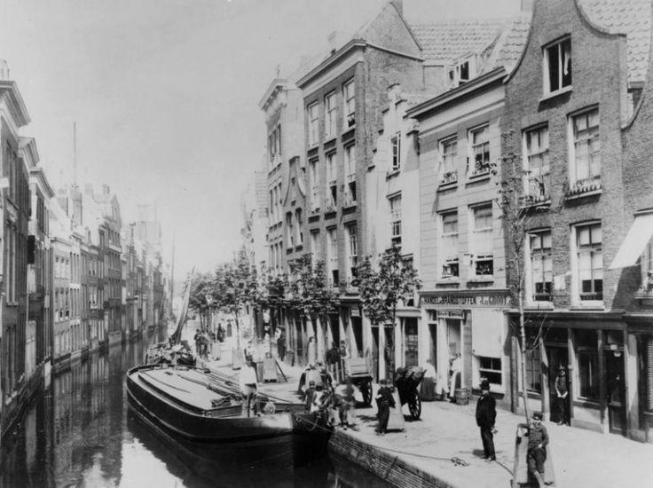 Het oude Rotterdam is vrijwel nergens meer te zien. Dat doet soms pijn. Zeker als je oude foto's van bijvoorbeeld de Delftsevaart ziet. Een prachtige kade met dito huizen waar heden ten dagen helaas niets meer van over is. Wat moet het mooi geweest zijn. De foto is tussen 1886 en 1890 gemaakt vanaf de Krattenbrug. De brug die vandaag de dag de Westewagenstraat met het Grotekerkplein verbindt.
