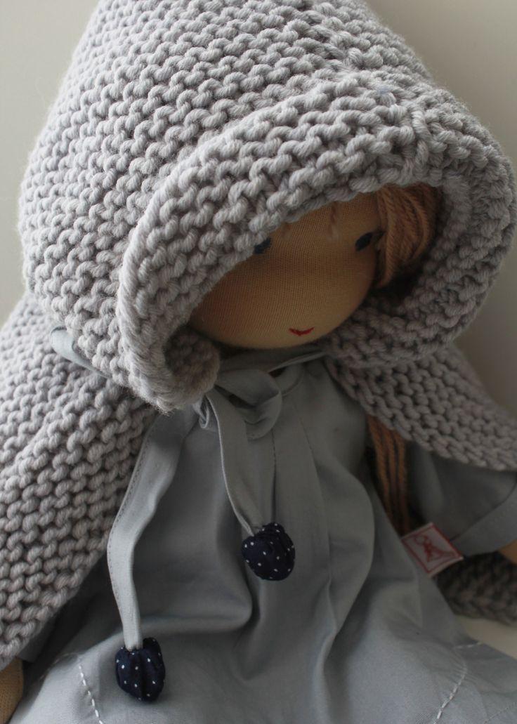 Puppenmädchen im Strickponcho