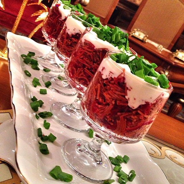 Salatalar Misafir Sofralarında Vazgeçilmezimiz️ Hepimizin kolaylıkla yapabileceği bir lezzet Mutlu Huzurlu Nice Güzel Akşamlara Kavrulmuş Şehriyeli Pancar Salatası 5 pancar 1.5 su bardağı tel şehriye 1 kaşık mayonez Yeteri kadar yoğurt 1 diş sarmısak 1 tatlı kaşığı nane 1 çay kaşığı pul biber Üzeri için 5 dal yeşil soğan Sıvıyağ Tuz Yapılışı Pancarları soyup rendeleyin.bir tavaya 3 yemek kaşığı sıvıyağ koyun ve pancarları ilave edip 5 dk kadar kavurup altını kapayın.küçük bir tavada 4-5…