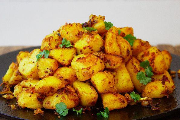 Kruidige en smaakvolle Bombay aardappeltjes! Indiaas eten, wij zijn er helemaal gek op. Naanbrood, kip tandoori, een lekkere curry: van de kruidige smaken van de Indiase keuken krijgen wij geen genoeg. Een recept wat we recentelijk ontdekten is nu een van onze absolute favorieten: kruidige Bombay-a