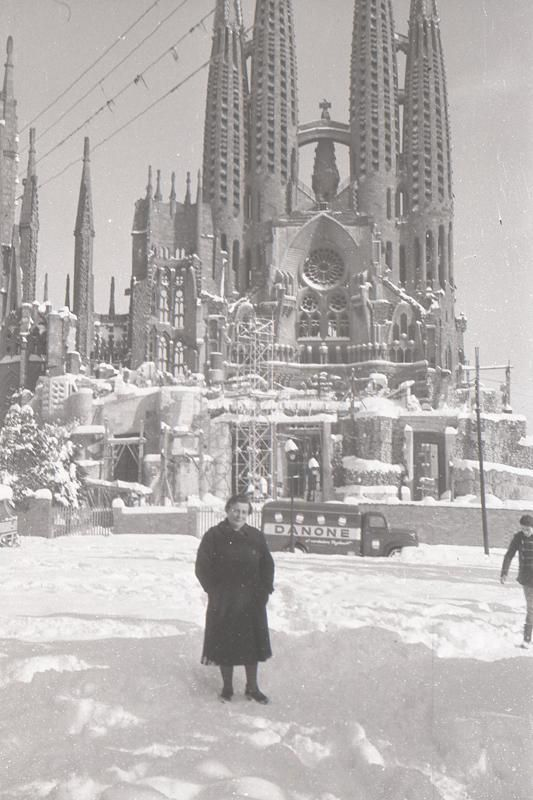 1962. Nevada a la Sagrada Família de Barcelona. Amb el camió de @DanoneGroup…