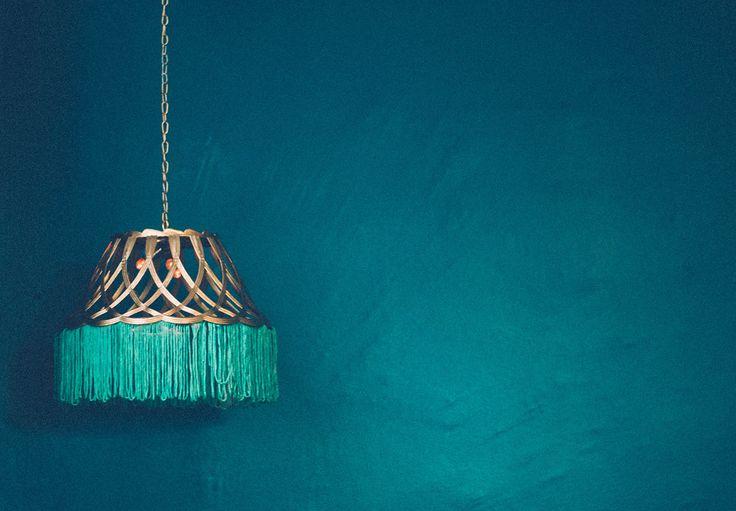 Luminária pendente dourada com cesta de plástico e franja turquesa - Decoração com objetos de R$1,99 #8 - Ricota Não Derrete