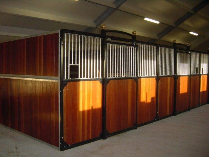Luxe paardenstallen te koop voor buiten en luxe paardenboxen voor inbouw: Maatwerk in stallenbouw bij Van den Brink
