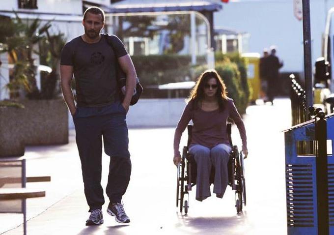 Cuando Ali la ve, su princesa está confinada a una silla de ruedas: ella ha perdido sus piernas y un gran número de ilusiones.  Él, simplemente la ayuda, no por compasión ni lástima. Y ella vuelve a la vida.