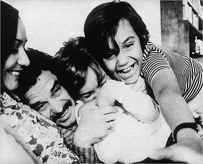 Gabriel Garcia Marquez (6 marzo '28) con su esposa e hijos en Barcelona (1960)
