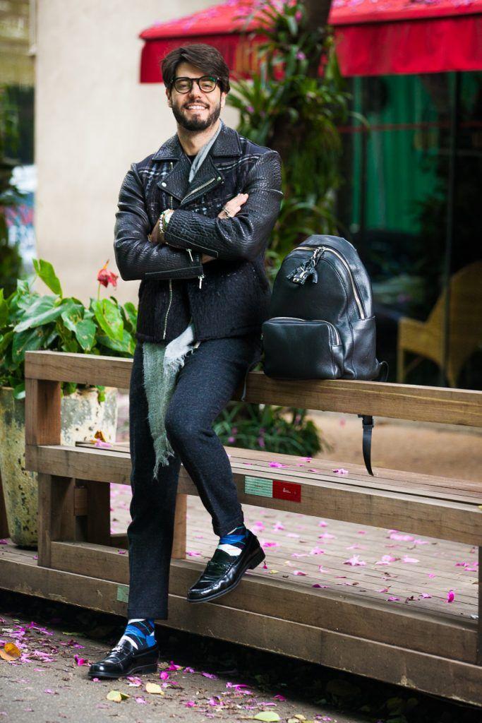 Look para homens com jaqueta biker masculina em couro e lã Giorgio Armani. Meias Happy Socks, Calça Topman, Sapatos Tod's, Lenço Kenzo e mochila Montblanc