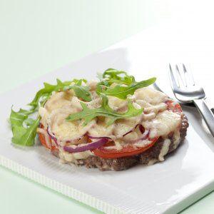 Meatzza med løg, tomat og rucola