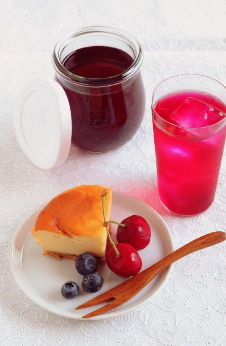 真っ赤な色が鮮やかな、しそジュース。  自家製の赤しそシロップをサイダーで割って、ゴクゴク。  すっきり、爽やかで、夏の暑い日にぴったりです。...