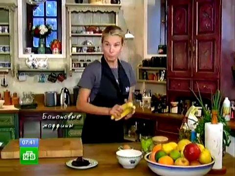 Что приготовить на завтрак, если надоели хлопья, каши и яйца? Конечно же, маффины! Банановые маффины с кусочками шоколада готовятся очень быстро и просто. Для начала разомнем банан вилкой, добавим кусочки шоколада, оливковое масло, воду, немного сахара и яйцо. В другой емкости смешаем сыпучие ингредиенты: муку, соду, соль и разрыхлитель. Разогреем духовку и смажем формы маслом. Смешаем жидкие и сыпучие ингредиенты и заполним тестом подготовленные формы.  Пока маффины выпекаются, можно ...