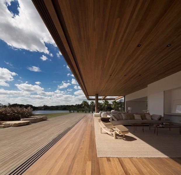 Esta casa fica em Itu, a cerca de uma hora de São Paulo. Com um tamanho privilegiado de 950 m², a integração com a natureza é exemplar.