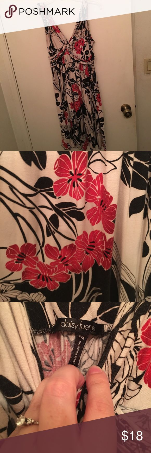 🌺Beautiful Hawaiian style dress🌺 This dress is white with red and black Hawaiian floral print. This dress flows beautifully! Daisy Fuentes Dresses Asymmetrical