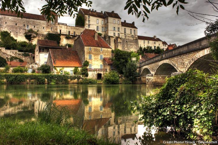 Un épais voile de mystère enveloppePesmes. Ce village de Haute-Saônese joue du temps qui passe et dévoile ses murs tout en laissant planer le doute sur ses origines.