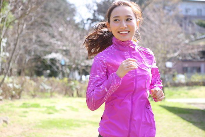 いつでもどこでもはじめられて、ダイエットにも効果的なランニングは、とても人気があります。 しかし、運動をあまりしたことがない人がいざはじめようとすると、何からはじめて良いのか戸惑ってしまいます。 今回は、ランニング初心者が持久力をつけるために、どのような練習方法で続けていけば良いかをご紹介します。 1.日常生活に運動を取り入れる これまであまり運動をしてこなかった人は、脚の筋肉も足りず、心肺機能も低い状態です。そのような状態で無理をして走ると、膝や足首などを怪我したり、息切れしたりします。 これを克服するには、生活の中で体力作りをすることが重要です。まずは日常生活の中から次のようなことを心がけましょう。 ・エレベーター、エスカレーターは使わず、階段を使う。 (高層階の場合、途中までエレベーターなどを使い、後は階段を使う) ・移動は車を控えて、できるだけ自転車や徒歩にする。 ・通勤では一駅手前で降りて、残りは徒歩にする。 ・昼休みのランチは、弁当の人もたまに外食にして遠出をしてみる。 ・休日はウインドウショッピングや公園での散歩など積極的に歩くおでかけをする。…