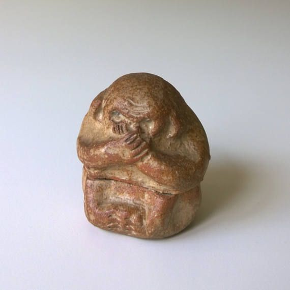 This is a beautiful vintage Japanese Akahada ware kogo (incense container for tea ceremony) in the shape of a sitting monkey, made by hand by contemporary potter Niraku Ogawa, whos studio is in the Nara prefecture, the signature stamp can be seen on the base of the piece. Beautifully sculpted, this is the work of an artist. Very tactile, the monkey has great character and is so lovely to handle! In perfect condition - a wonderful collectible item, especially if you love studio pottery, small…