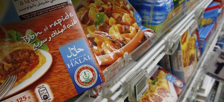 Le marché halal n'est pas issu d'une tradition religieuse ancestrale, mais de la rencontre entre deux idéologies, le néolibéralisme et le fondamentalisme, observe l'anthropologue Florence Bergeaud-Blackler dans Le Marché halal ou l'invention d'une tradition*. C'est en Iran, après la Révolution islamique de 1979, qu'a débuté cette collaboration atypique. Depuis peu au pouvoir, l'ayatollah Khomeyni interdit l'importation de viandes en provenance de pays occidentaux sous prétexte qu'elles sont…