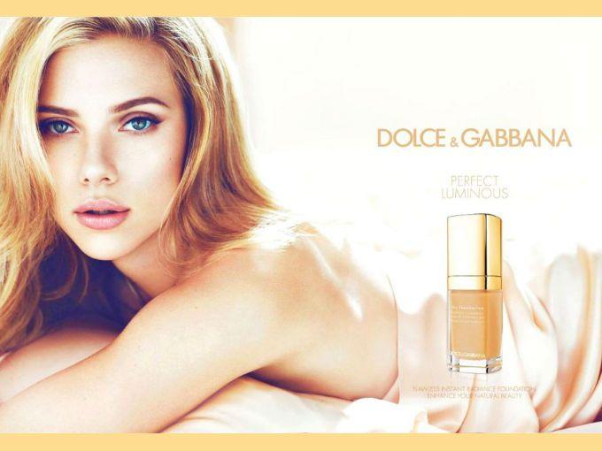 Scarlett Johansson se ve fabulosa en este anuncio, si alguien piensa lo contrario debe ser de otro planeta. Es la nueva publicidad de la línea de maquillaje de Dolce & Gabbana de la que Scarlett es imagen.  Este anuncio ha despertado gran interés y no sólo por parte del público masculino admirando la coqueta cara de la actriz, sino de los fashionistas de hueso colorado.