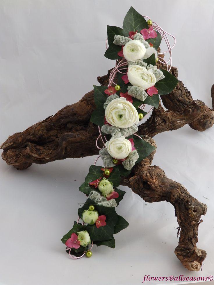 smal bruidsboeket dat over de hand wordt gedragen, met ranonkels en hortensia
