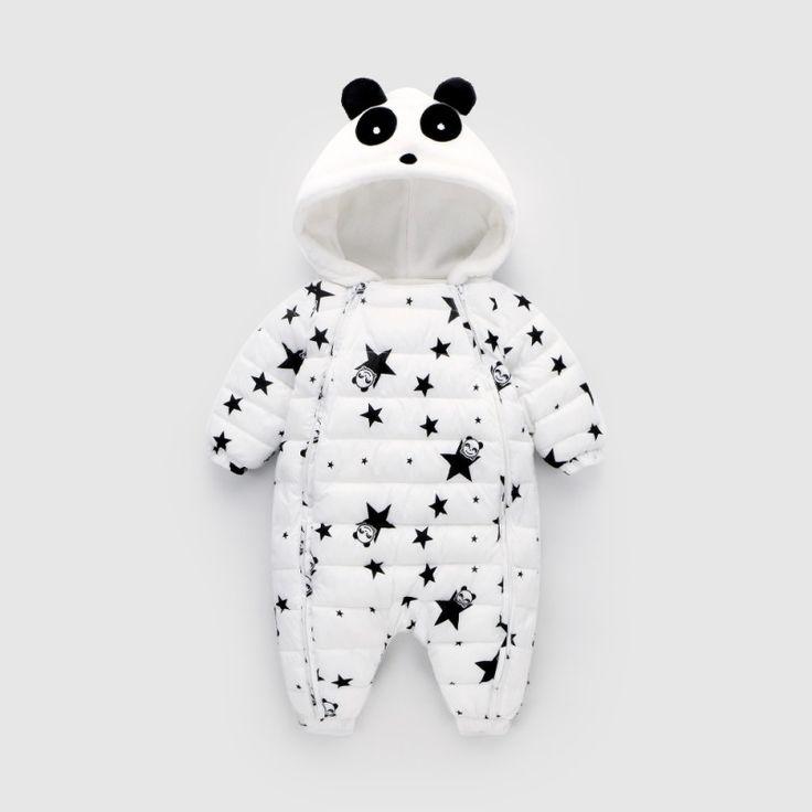 Pour un hiver bien au chaud, emmener bébé partout avec cette jolie combi-pilote panda. Capuche avec oreilles de panda en relief, double fermeture zippée pour faciliter l'accès de bébé. Disponible en 2 coloris