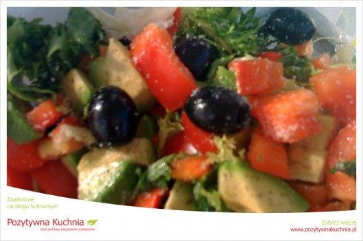 Letnia sałatka z endywii kędzierzawej - #przepis na sałatkę z papryką, oliwkami i awokado  http://pozytywnakuchnia.pl/letnia-salatka-z-endywii-kedzierzawej/  #kuchnia #awokado #papryka #salatka