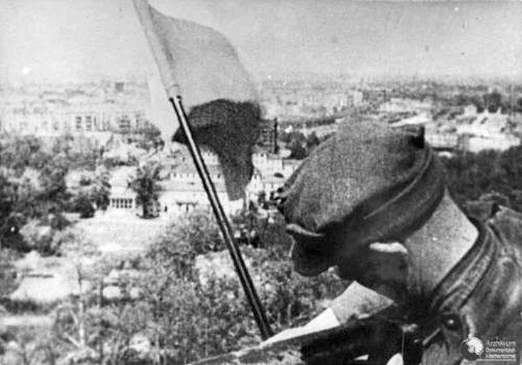 """THE POLISH FLAG WAS THE FIRST ON THE BRANDENBURG GATE AND SIEGESSÄULE on 2 May 1945 !! Circulating photos of the soviet flag are taken later to propaganda purposes after the first Polish flag was removed. =>  Click PIC (only in german)  <= Am 16. April rückten polnischen Einheiten in Berlin ein. Die 1. Infanteriedivision """"Tadeusz Kosciuszko"""" erreichte am 2. Mai das Brandenburger Tor. Zum Zeichen des Sieges hißten polnische Soldaten ihre Fahne auf dem Brandenburger Tor und auf der…"""