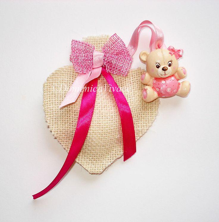 Bomboniera nascita/compleanno orsetto in gesso magnete, dipinto a mano, completa di sacchetto porta-confetti a forma di cuore confezionato a mano.
