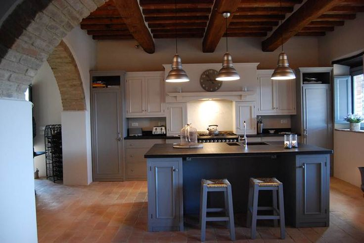 Nella Cucina Skyline si ha un esempio di applicazione della nostra cucina shaker ad un interno di un vecchio casolare di campagna in Umbria.La scelta del doppio colore non è solo un vezzo ma è anche un richiamo all'essenza dei colori dell'Umbria, la suddivisione dei moduli e la simmetria delle parti è tipicamente anglosassone