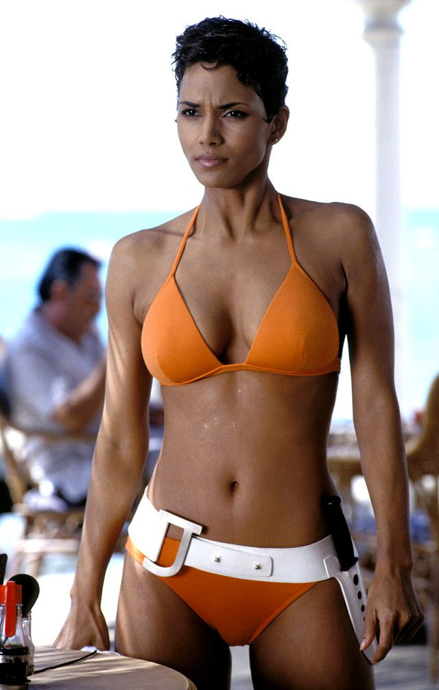 Halle Berry maillot de bain bikini orange James Bond Meurs un autre jour 2002