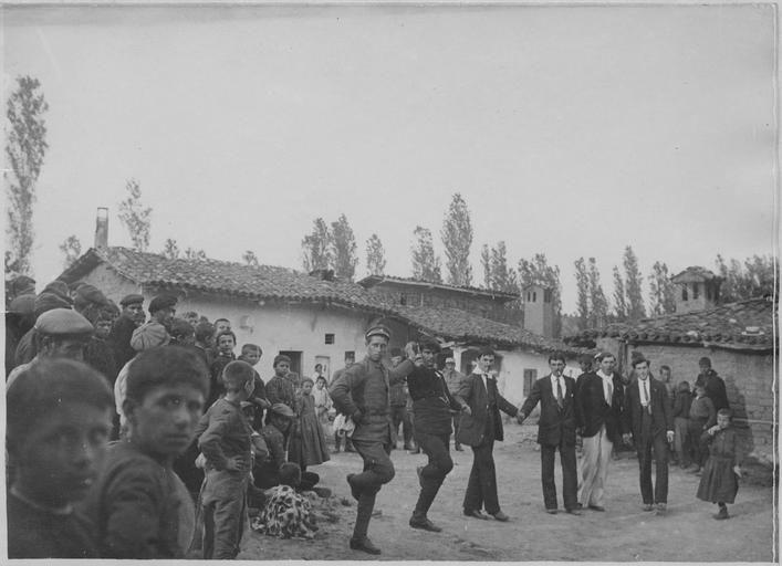 Opérateur K (code armée, photographe) Grèce ; Macédoine centrale ; Kilkis ; Gumendzé (anciennement) ; Goumenissa (actuellement) Le 45ème régiment de cavalerie du général Frotiée dans le secteur de Goumenissa - Izvor (mai 1916). Dans le village : Danses macédoniennes