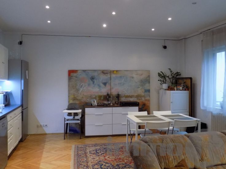 II. kerületben a Margit körúton kínálok megvételre, egy páratlan adottságokkal rendelkező, 1934- ben épült patinás régi kulturális értékeket hordozó,  jól alakítható 86 nm2 magas emeleti, dupla erkélyes világos, jelenleg 2 szobás ,házközponti fűtéses, tágas belső terekkel rendelkező Bauhaus polgári lakást.
